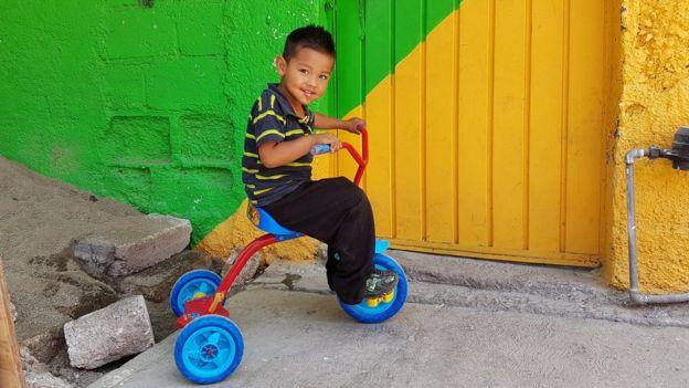 Мальчик на велосипеде в районе Пальмитас