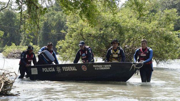Policías en el río San Juan