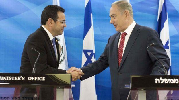 El presidente de Guatemala, Jimmy Morales, saluda al primer ministro israelí, Benjamín Netanyahu.