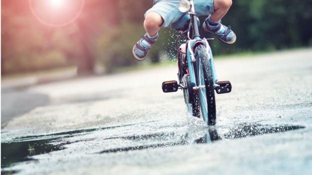 Criança em uma bicicleta