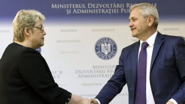 Sevil Shhaideh (left) shaking hands with Liviu Dragnea (right), the leader of PSD, in Bucharest (21 May 2015)