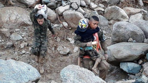 Soldados colombianos ayudan a rescatar a las víctimas del deslave.