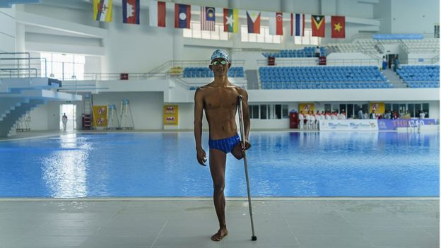Atlet renang difabel Indonesia, Jendi Panggabean, berpose di arena renang menjelang ASEAN Para Games | BBC.com