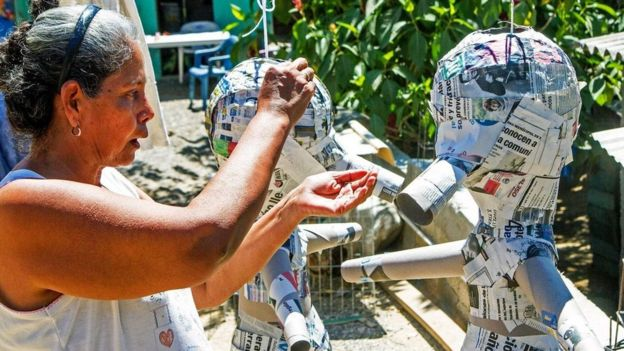 Una persona creando una piñata