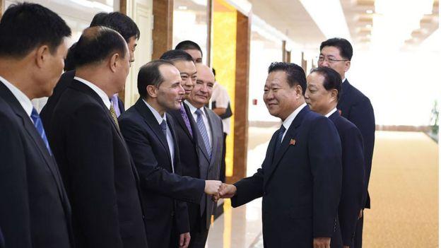 Schenkel e funcionários norte-coreanos