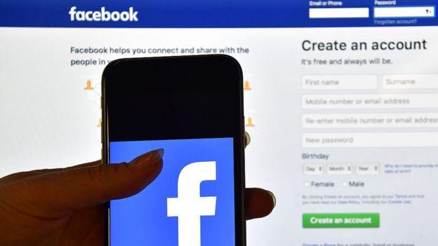 Site do Facebook na internet e o app em um celular