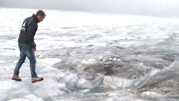 Bernhard Tschannen muestra el sitio en el que fue hallada la pareja en el glaciar de Tsanfleuron, en el sur de Suiza.