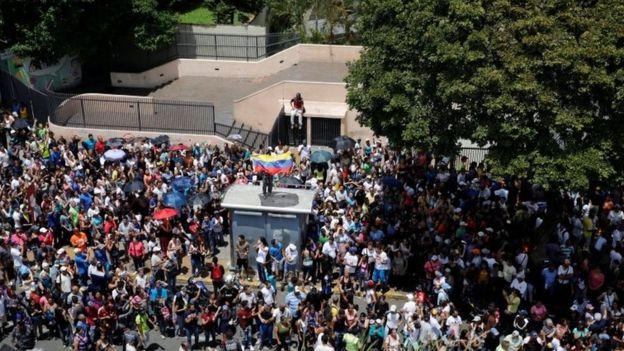 Los partidarios de la oposición se reúnen durante un plebiscito no oficial contra el gobierno del presidente Nicolas Maduro y su plan para reescribir la Constitución, en Caracas, Venezuela, 16 de julio de 2017.