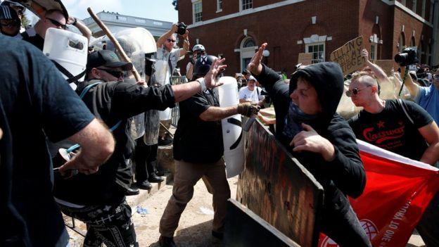 Supremacistas brancos e antifascistas entram em confronto em Charlottesville, na Virgínia