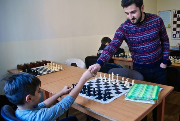 _100061377_976xtigran-teaching-chess-l.j