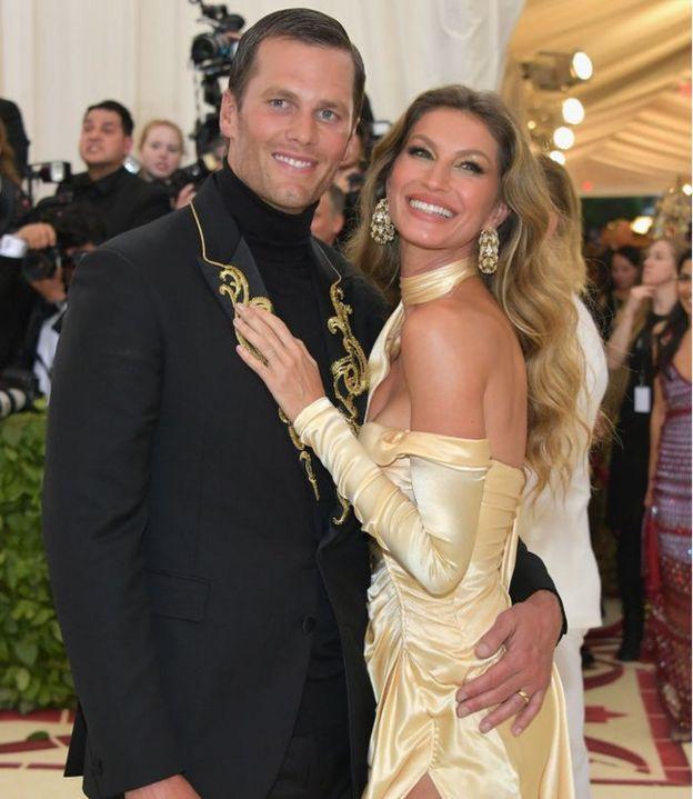 Защитник НФЛ Том Брейди и его жена Жизель Бундхен появляются на красной дорожке.