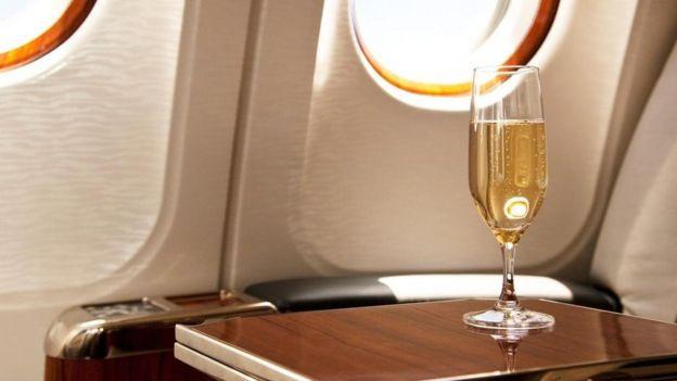Una copa de champaña en un avión