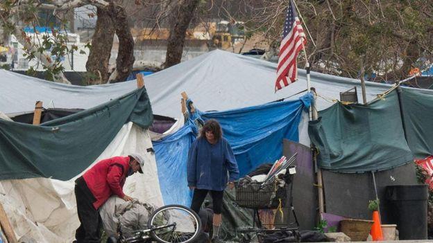 Dos personas sin hogar en Estados Unidos.