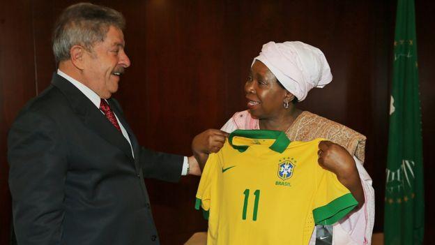 Lula entrega camisa da seleção brasileira para Dlamini-Zuma, presidente da União Africana, em 2013