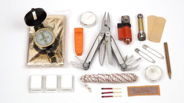 Equipamentos de sobrevivência como canivete e cordas