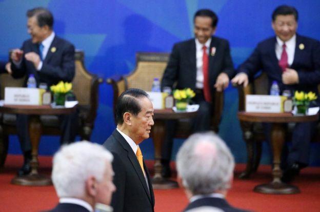 106年11月10日,中國國家主席習近平(後右)與台灣APEC領袖代表宋楚瑜(前中)在越南峴港出席APEC經濟領袖與企業諮詢委員會會議。