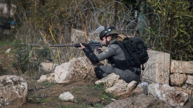 Soldado israelente com arma apontada