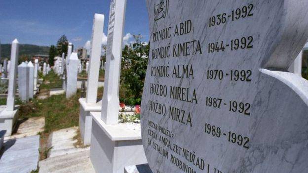 Lápide em cemitério na Bósnia