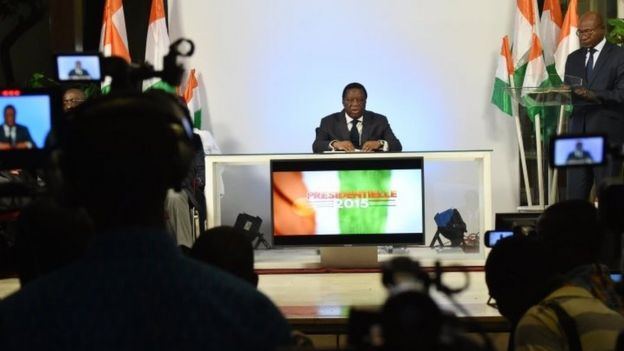 The chairman of the Ivory Coast's Independent Electoral Commission(CEI) Youssouf Bakayoko (C) speaks at the commission's headquarters in Abidjan (28 December 2015)