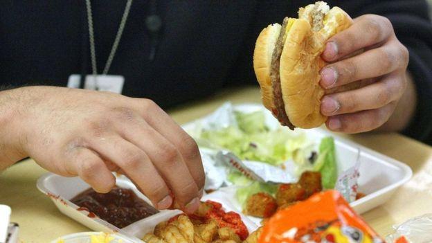 Fazla kalori içeren yiyeceklerden uzak durmak günümüzde giderek zorlaşıyor.