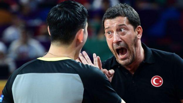 Coach Ufuk Sarıca'nın hakemle tartıştığı bir an objektiflere böyle yansıdı