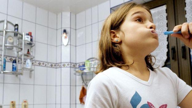 diş fırçalayan kız çocuğu