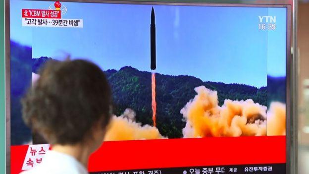 Una mujer en Seúl observa el lanzamiento de un misil norcoreano.
