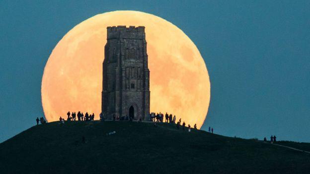 Lua atrás de um edifício