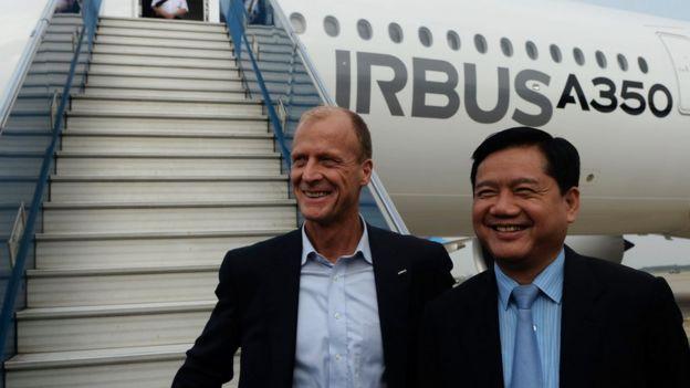 ông Đinh La Thăng (phải) khi làm Bộ trưởng Giao thông và ông Tom Enders, CEO của Airbus Group
