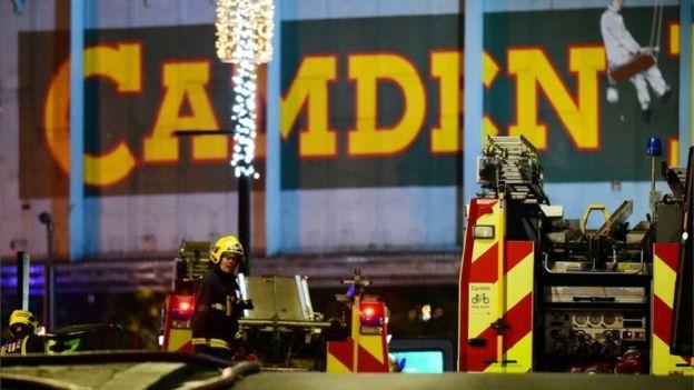 İtfaiyeciler yangını söndürmeye çalışırken çevredeki caddeler trafiğe kapatıldı