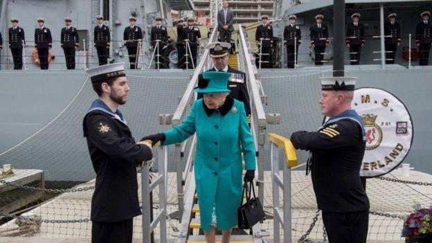 Nữ hoàng Elizabeth II trong một chuyến lên thăm tàu HMS Sutherland khi cập cảng tại Anh