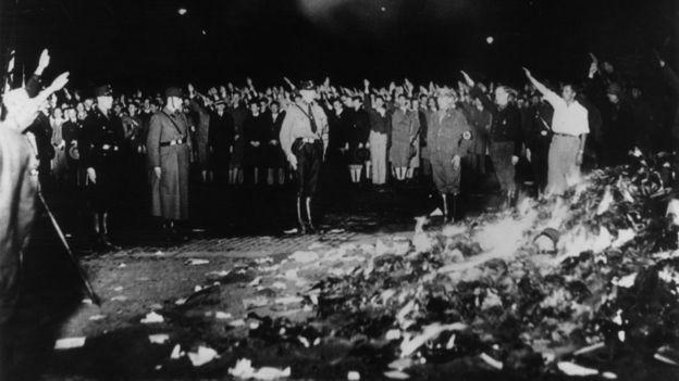Quema de libros en 1933 en la Alemania nazi