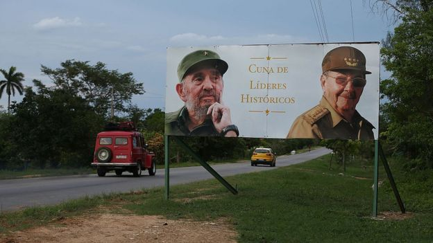 Cartel con la imagen de los hermanos Castro.