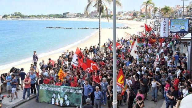 Sicilya'da zirve karşıtları gösteri düzenledi