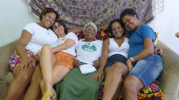 Tia Maria descansa no meio da equipe responsável por coordenar o Jongo da Serrinha