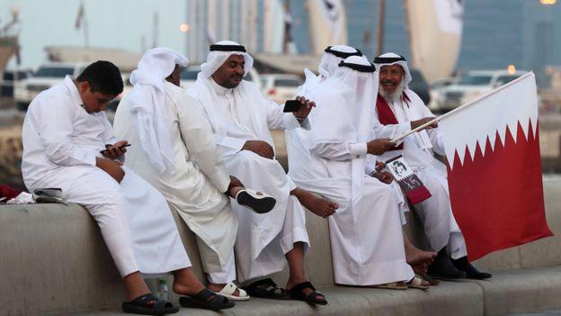 Жители Катара с национальным флагом