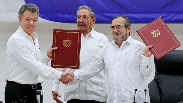 Juan Manuel Santos, presidente della Colombia (L) e Timoleon Jimenez 'Timochenko' (R) si stringono la mano durante una cerimonia per firmare uno storico accordo di cessate il fuoco tra il governo colombiano ei ribelli Farc per porre fine a un conflitto durato 50 anni il 23 giugno 2016 a L'Avana , Cuba