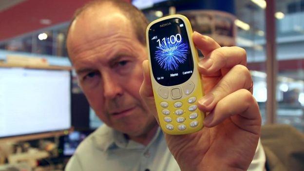 Rory Cellan-Jones holds up Nokia 3310