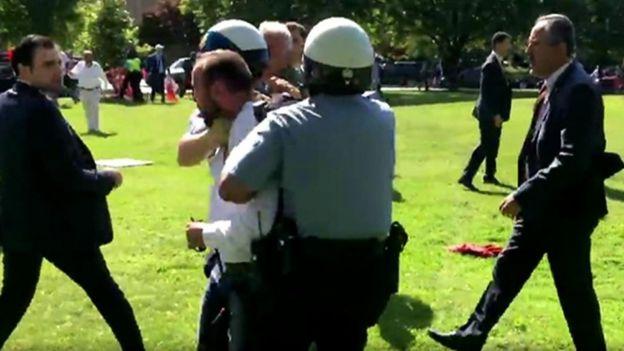 الشرطة تباعد بين أنصار أردوغان ومعارضيه