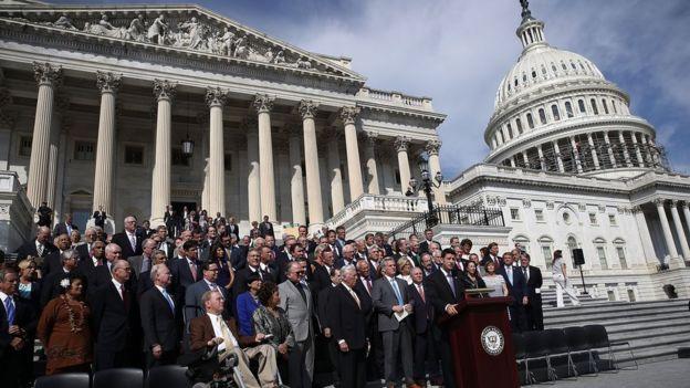 Legisladores entonan una canción patriótica