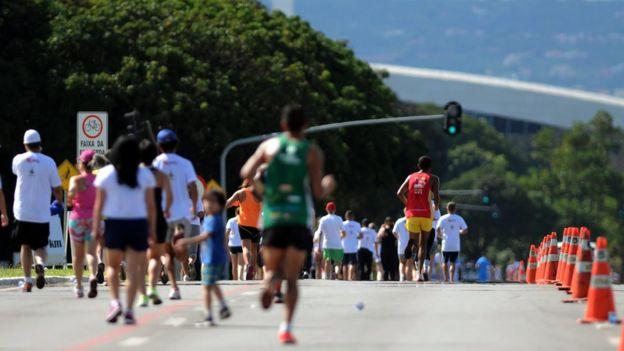 Pessoas correm na rua