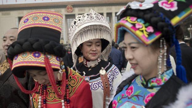 Делегаты этнические меньшинств Китая в традиционных костюмах в Пекине, 5 марта 2018 года.