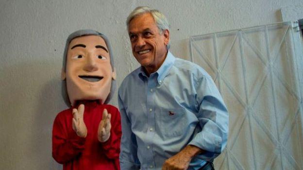El candidato presidencial Sebastián Piñera con su alter ego