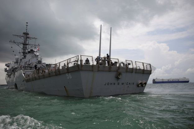 这艘驱逐舰靠自己的动力航行抵达新加坡樟宜海军基地