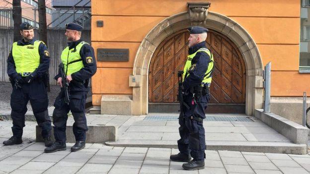 Polisi wa Sweden wakipiga doria nje ya mahakama