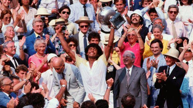 Yannick Noah fue el último campeón local del Abierto Francés. Aquí celebra su triunfo en 1983.