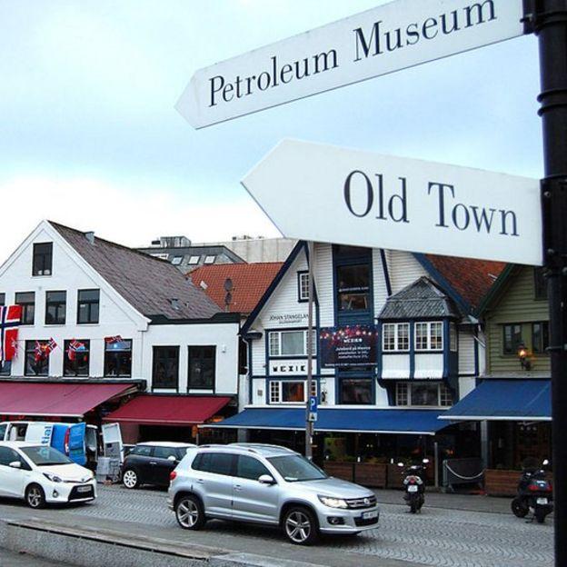 Imagen de una calle de un pueblo de Noruega donde hay un museo del petróleo.