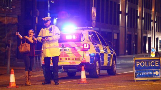 Polícia em Manchester próximo ao local da explosão