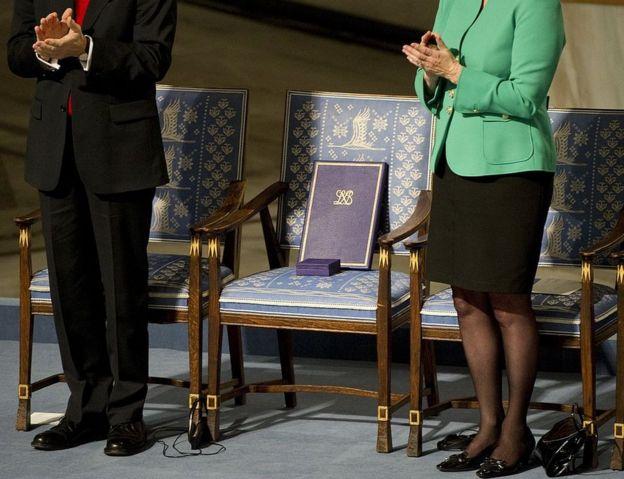 Chiếc ghế của ông bị bỏ trống tại buổi lễ giao giải thưởng tại Oslo 12/10/2010.