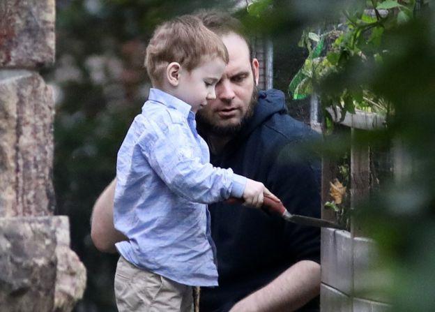 boyle juega con su hijo tras su liberación